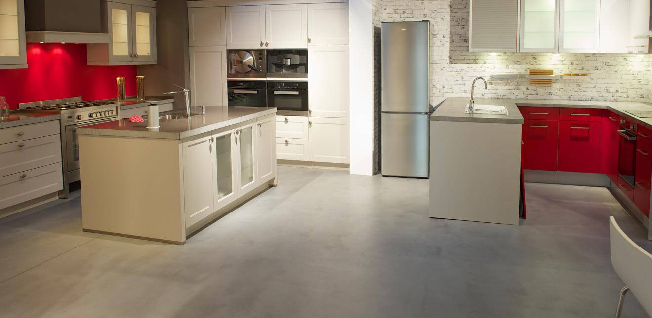 Magnifique-sol-de-cuisine-en-beton-cire-argile-Claystone